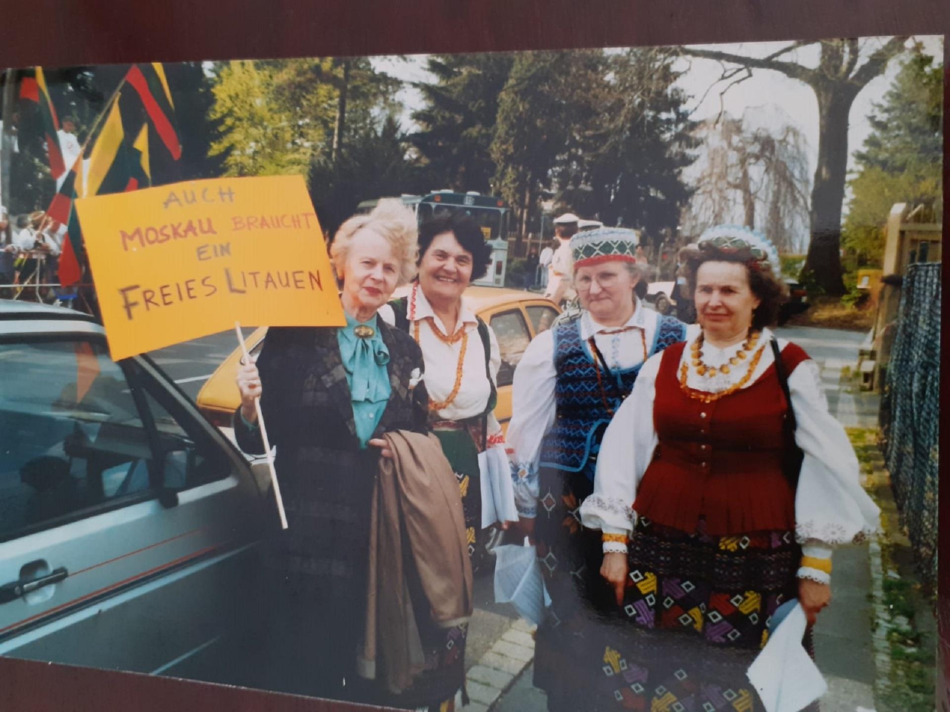 Vokietijos lietuvių moterų klubų narės 1990 metais prie SSSR ambasados Bonnoje. iš kairės: Paulina Ivinskienė, Eugenija Lucienė (Lutz), Dapkienė, Valė Endrikaitienė (iš Bartusevičių albumo)