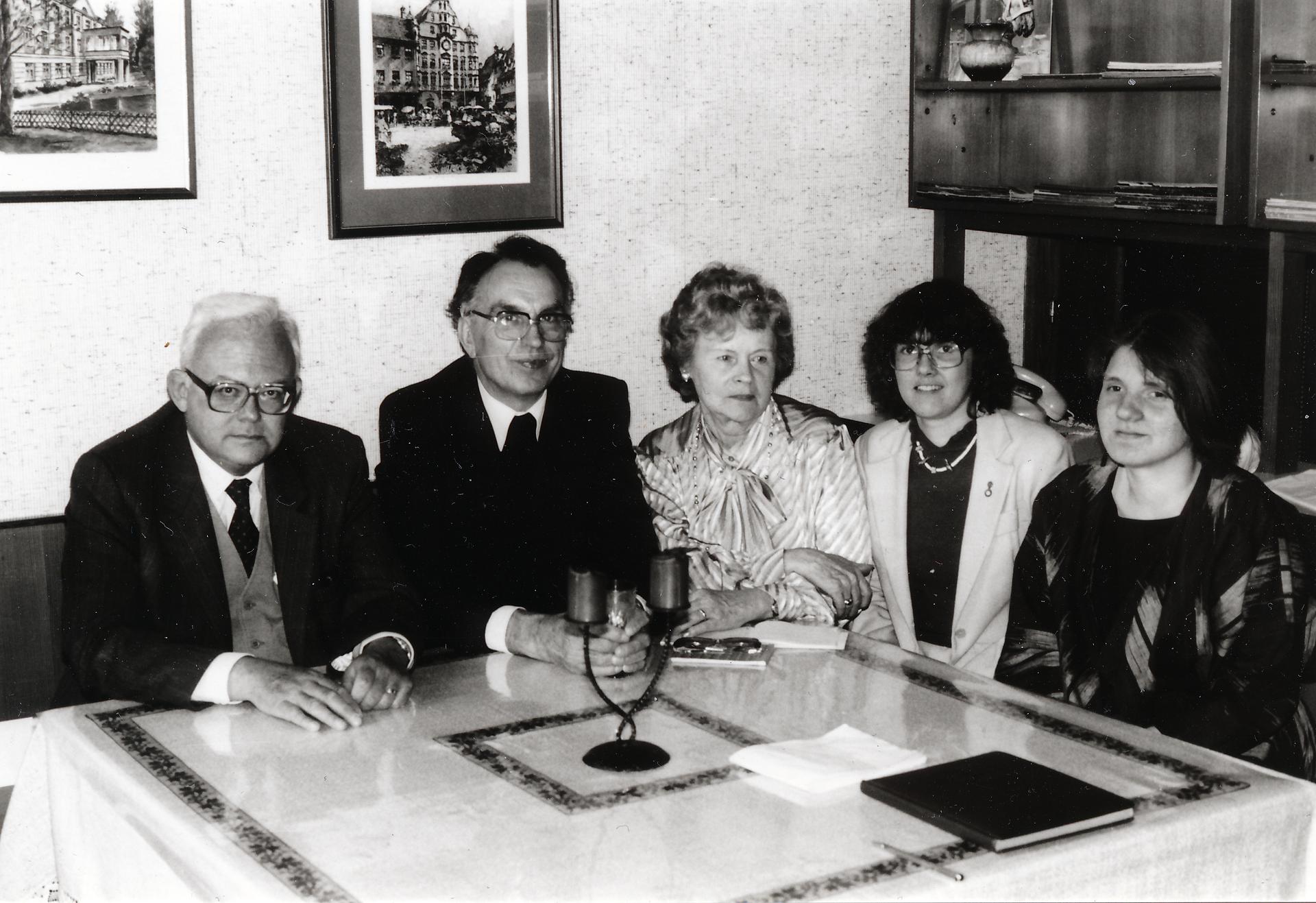 Vokietijos ateitininkų valdyba 1985 m. Iš kairės: dr. Jonas Norkaitis, prelatas Antanas Bunga, Paulina Ivinskienė, Marytė Dambriūnaitiė-Šmitienė ir Marytė Balaišytė