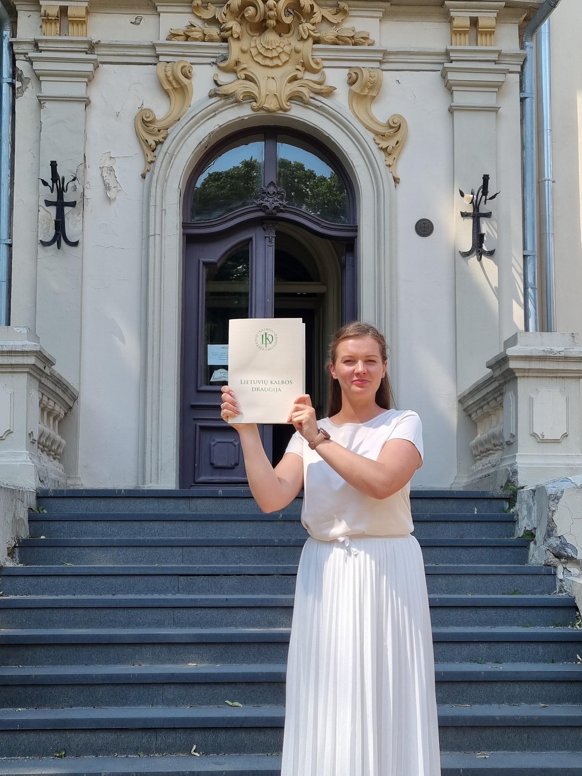 Apdovanojimą atsiėmusi redaktorė E. Kislych-Šochienė (Autorės, konkurso laureatės archyvo nuotr.)